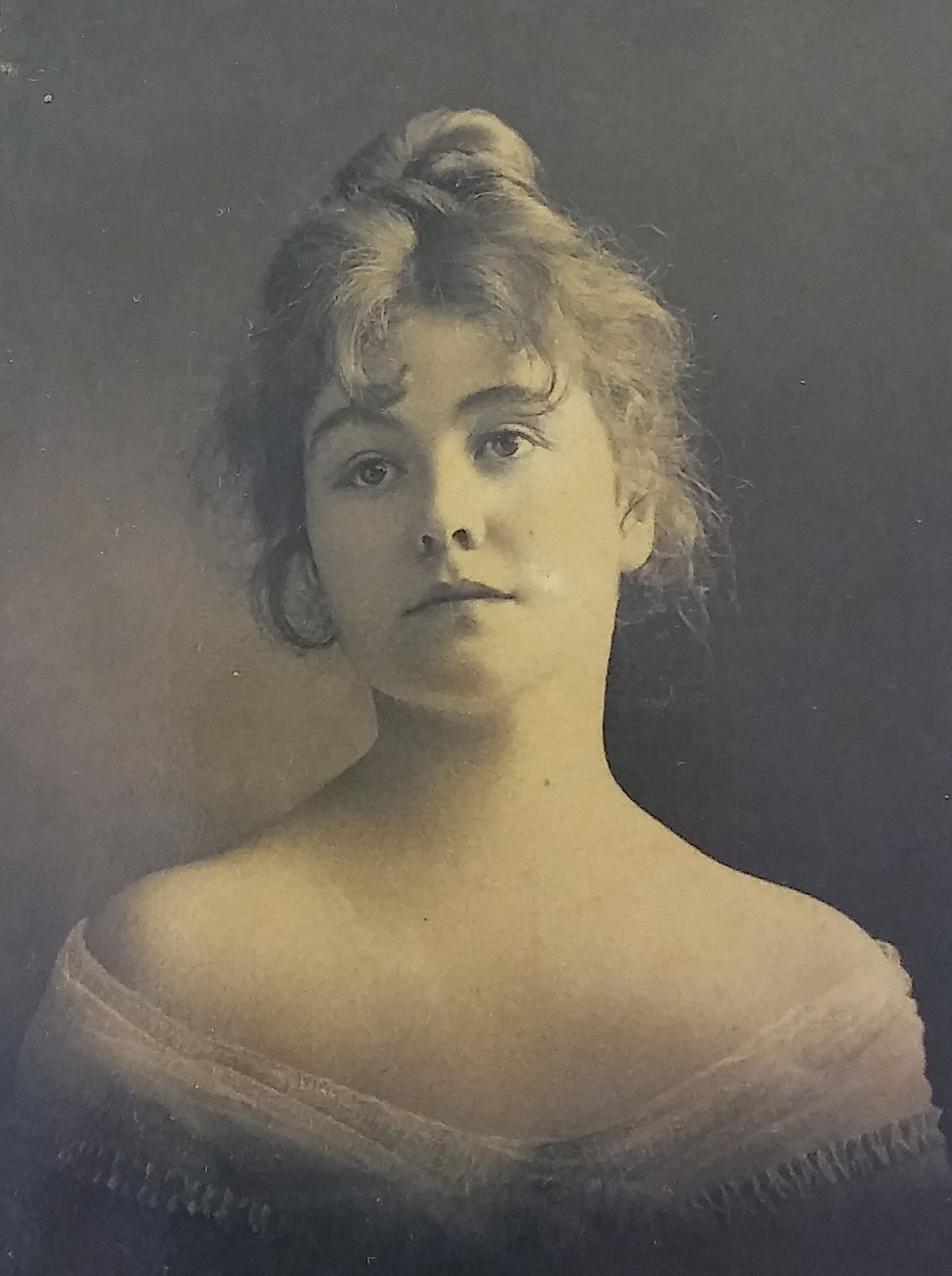 black and white studio portrait photograph of illustrator Rose O'Neill taken at age 21 to 26 circ